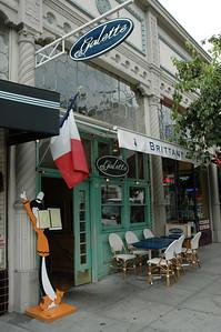 餐廳外觀,招牌就是那個站在外面的人形看板