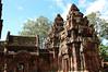 側面看三座神殿(最後面那座被主殿擋住了),主殿的前方延伸為招待所