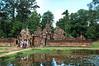 女皇宮的主殿外有左右兩座蓮花池。<br /> 女皇宮僅是俗稱,並非任何皇宮,僅是廟宇,且不像吳哥窟眾多的廟宇均為皇室廟宇,這座廟宇為某大臣或國王賞賜此區領地後所建,建於西元967年。