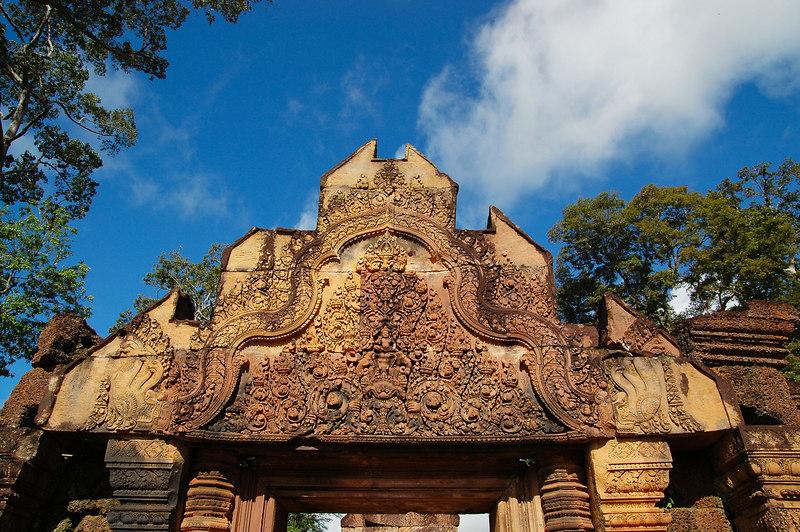 女皇宮著名的門楣石雕。女皇宮的建材多半是火山岩,因而帶有紅色,與較常見的石灰岩不同。門楣的雕飾規模雖然不大,許多卻可完整地訴說印度教的某個神話故事
