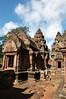 左前方為兩側神殿前的藏經閣