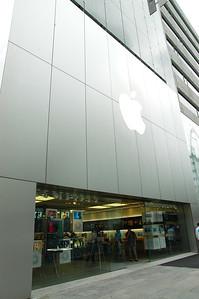 銀座的蘋果旗艦店,共有六層樓,裡面的展示品隨你玩,若急需免費上網也可來這裡