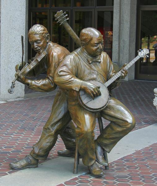 7229 Musician Statue