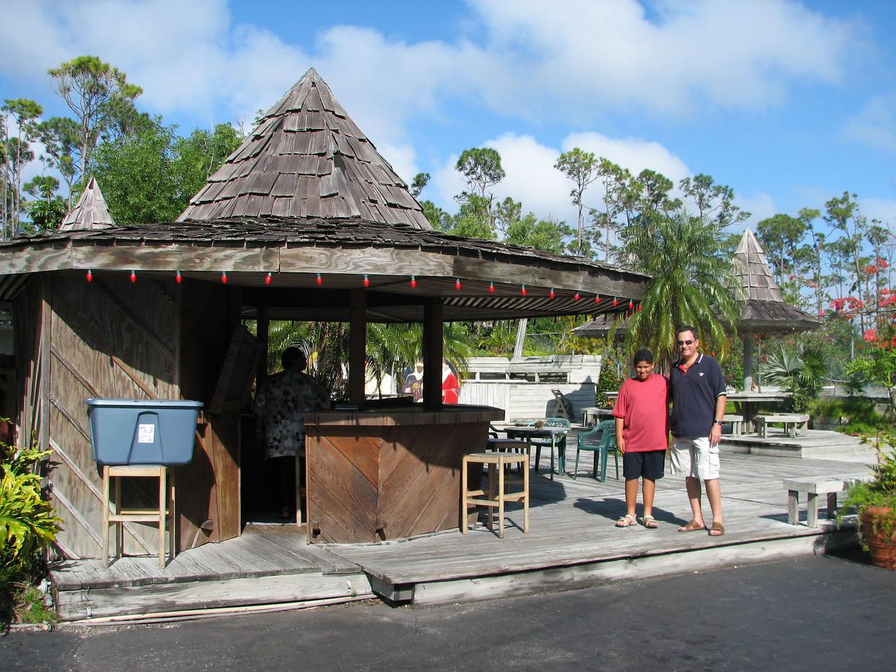 Arriving at Freeport, Grand Bahamas Island.  We stopped for a quick bite of the local delicacies:  Conch prepared in various forms.  <br /> <br /> Arrivando a Freeport en la isla Grand Bahamas.  Paramos a comer algo.  Probamos algo de las delicias locales:  Conch (caracol marino) preparado en varias formas.