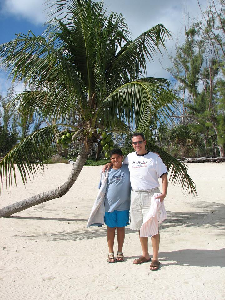 Posing under a coconut tree in Xanadu Beach.<br /> <br /> Posando bajo un arbol de coco, en la playa Xanadu.