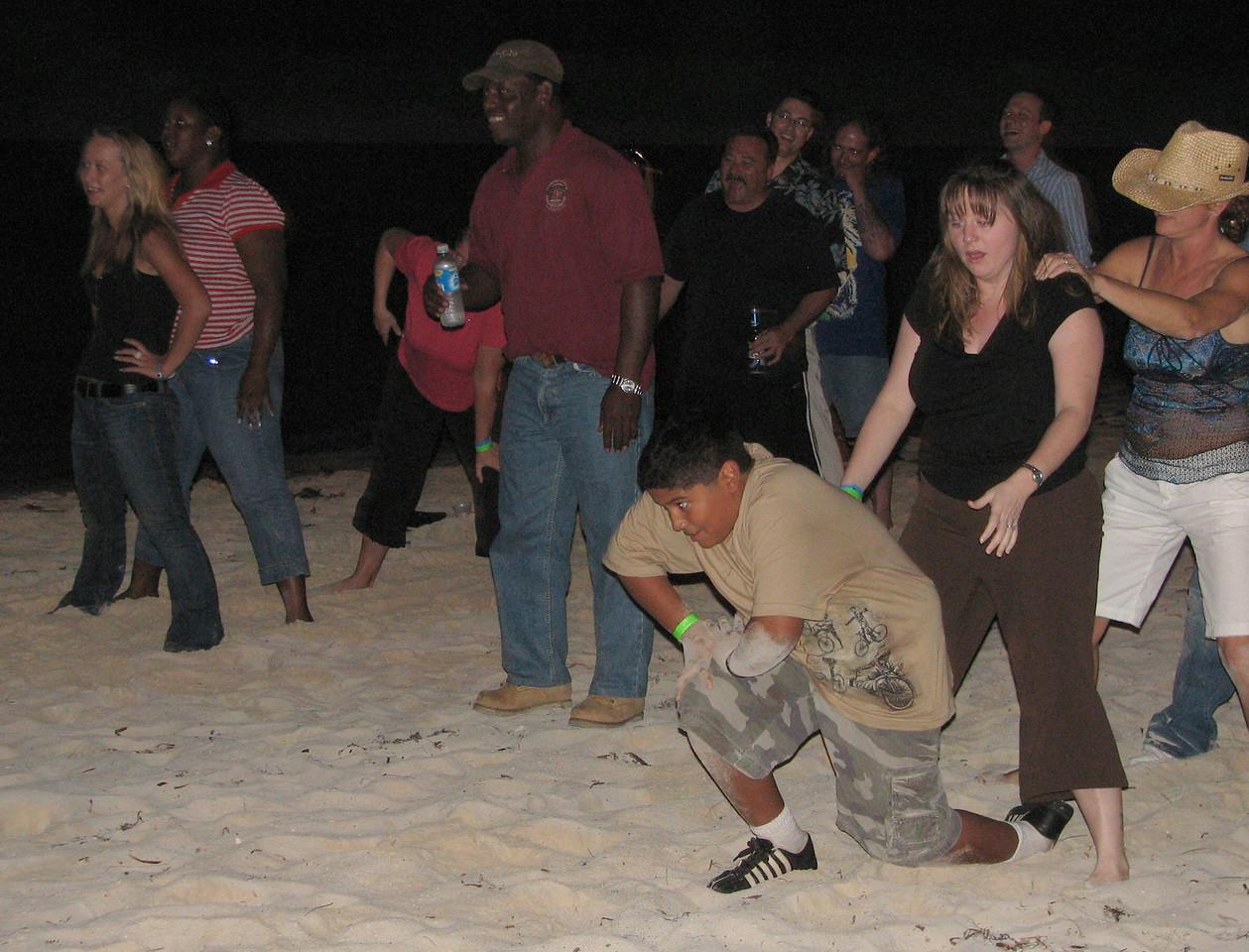 Caesar had 'virgin' Bahama Mamas only, so he starts running right away...<br /> <br /> Cesitar solo ha tomado Bahama Mamas sin alcohol, y empieza a correr hacia el objetivo...