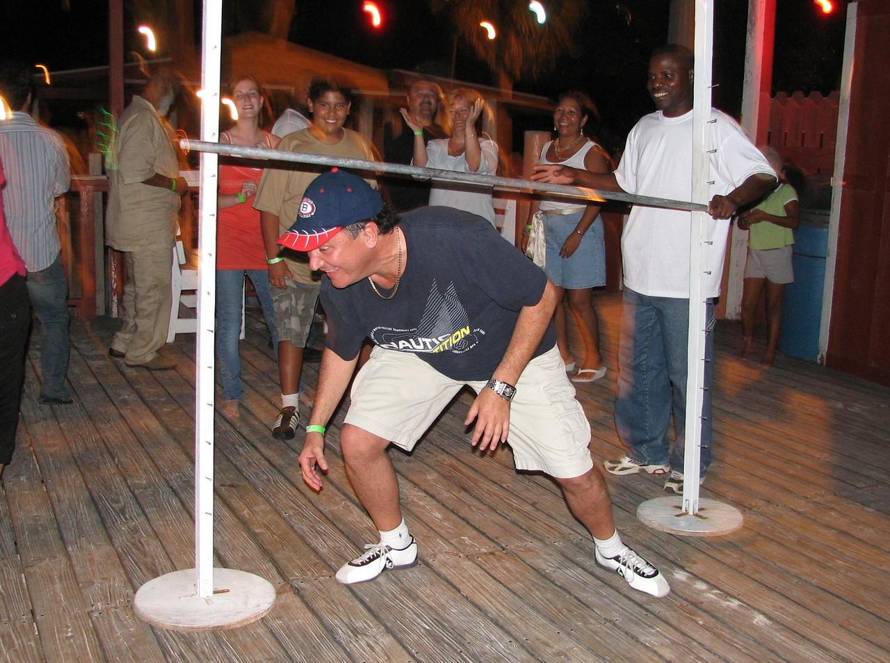 Doing the 'limbo', i think Cesar is cheating...<br /> <br /> Bailando el 'limbo', yo creo que Cesar esta haciendo trampa...