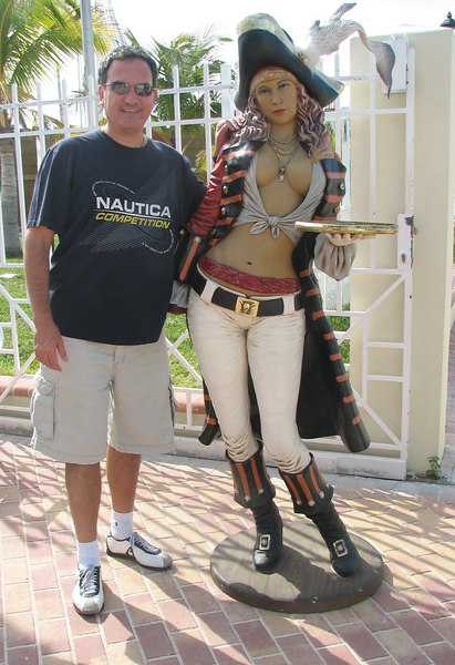 Cesar and a girl pirate... he is not complaining.<br /> <br /> Cesar y una pirata...  el no se queja.