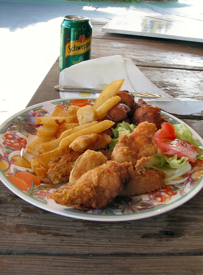Combination plate: Conch friters, cracked conch and fish fingers (fish fingers?)<br /> <br /> Plato combinado:  Frituras de Conch, conch partido, y dedos de pescado (dedos de pescado?)
