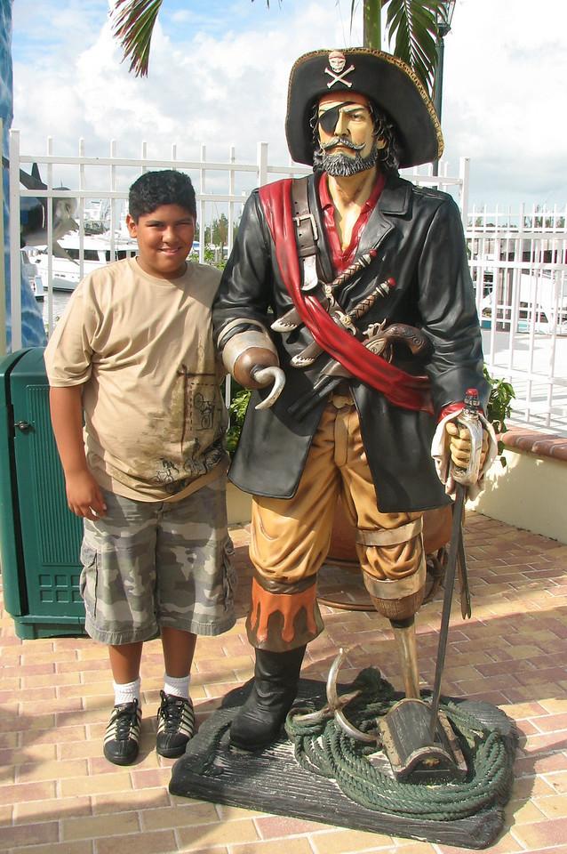 Caesar and captain Hook.<br /> <br /> Cesitar y el capital Hook.