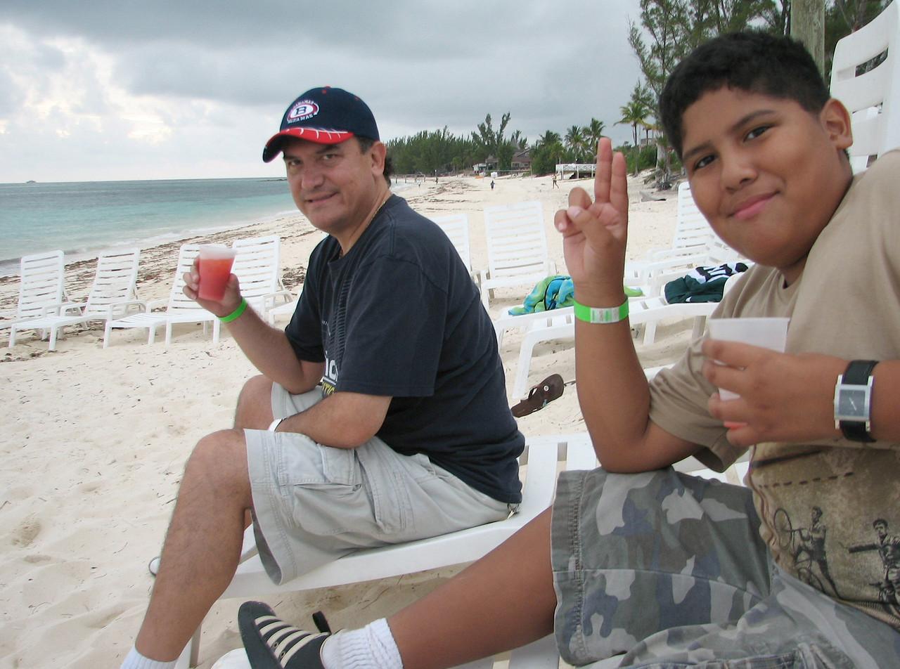 Cesar is enjoying a Bahama Mama, Caesar is having a 'virgin' one...<br /> <br /> Cesar esta tomando una Bahama Mama, Cesitar esta tomando una sin alcohol...