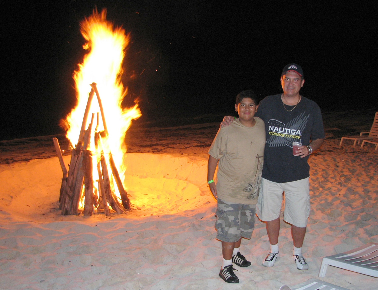Keeping warm by the bonfire...<br /> <br /> Manteniendose calientitos al lado de la fogata...
