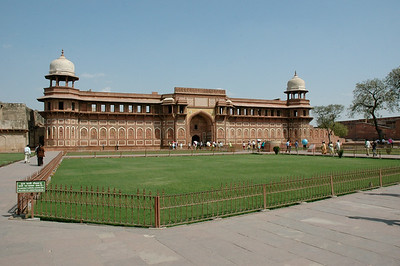 Agra Fort: the Fort has many palaces.