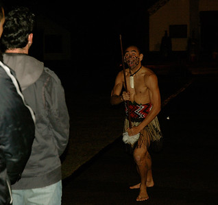 Te Puia - before going inside, we are challenged by a warrior. (Rotorua, New Zealand)