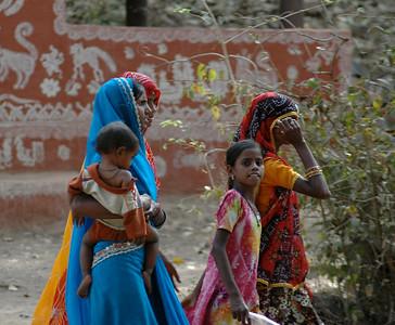 Rajasthan: women wear colorful saris, and shawls.