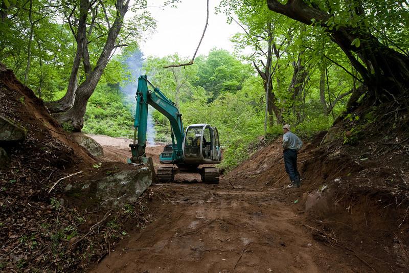 沢へ降りる道の建設現場
