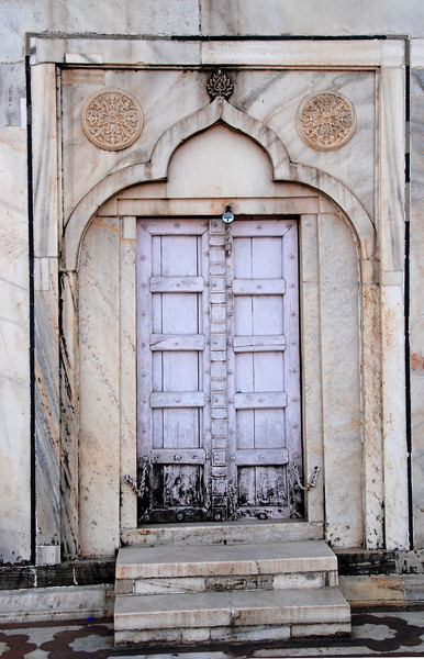 A doorway to one of the Taj Majal towers.