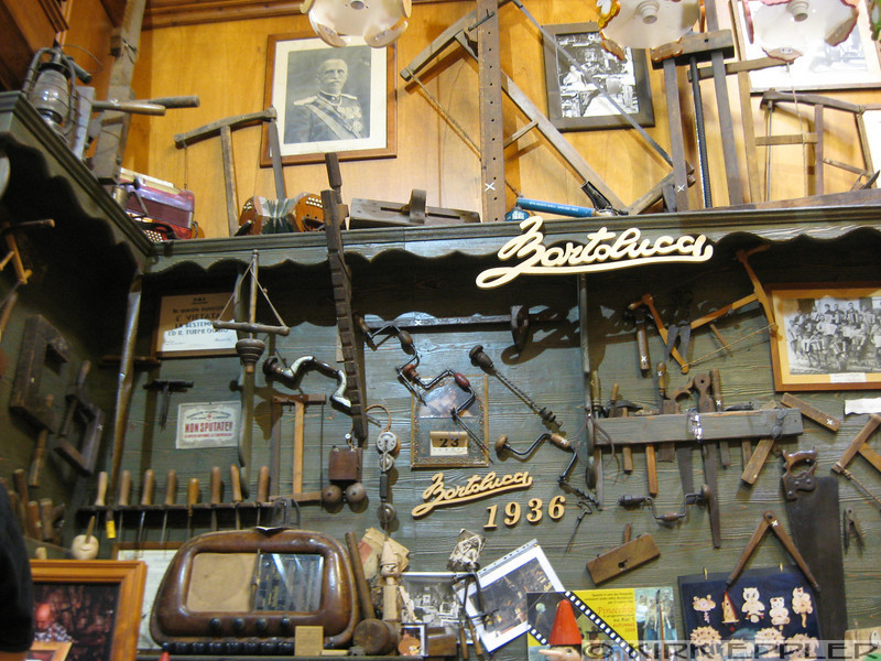 Tools in a pukey duck shop near the Pantheon