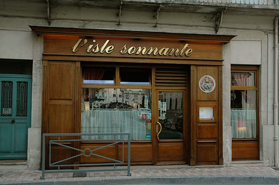 I had dinner at L'Isle Sonnante, the best restaurant I found in Avignon, Provence, France. One block off La Place d'Horloge.