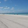 """Her er vi på Lido Beach utenfor Sarasota ved Floridas gulfkyst. Det var nok en varm dag, og vi følte for å sjekke ut stranda før vi dro videre.<br /> <br /> Pussig nok er dette den andre """"Lido Beach"""" vi har vært på på våre ferieturer - den første var på øya Lido utenfor Venezia i 2006."""