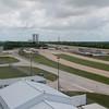 "Her er vi ved ""Launch Complex 39 Observation Gantry"" med utsikt i alle retninger. Her bakover der vi kom fra, forbi main assembly building."