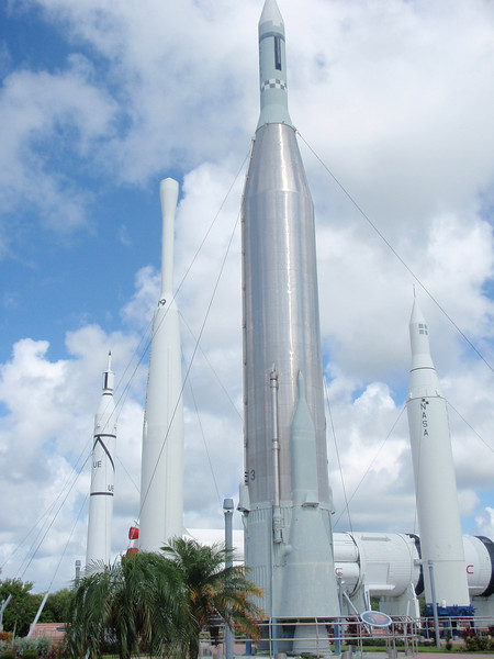 """""""Rocket Garden"""" på Kennedy Space Center. Her står fullskala modeller og ekstrautgaver av diverse raketter NASA brukte rundt 60-tallet. <a href=""""http://en.wikipedia.org/wiki/Rocket_garden"""">http://en.wikipedia.org/wiki/Rocket_garden</a>"""
