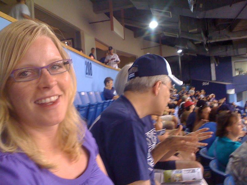 """Silje koser seg i """"pensjonistseksjonen"""" på Tropicana Field stadion. Da vi bestilte billetter fra Norge visste vi ikke hvor det var lurt å sitte. Vi ende opp på en grei plass, men det viste seg å være mest pensjonister i denne avdelingen av en eller annen grunn."""
