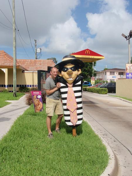 John hilser på en artig cubaner utenfor McDonalds i Little Havana.