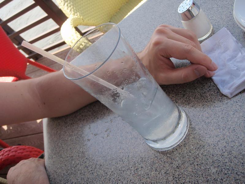 Hot hot! Til og med drinken svetter... (det var rundt 34 grader C denne dagen - i skyggen)