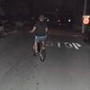 John sykler av gårde. Silje følte seg derimot ikke like komfortabel med leie-sykkelen, og ble litt bekymret blant alle de halvfulle folkene som var på vei i samme retning.