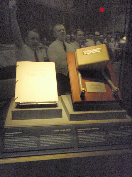 En original perm og et armlene fra en eller annen romferd (trolig Apollo).
