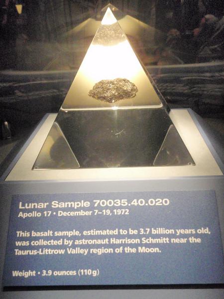 110 gram med månestein, plukket opp av crewet på Apollo 17 (den siste månelandingen så langt).