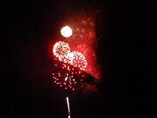 """Videosnutt fra 4. juli-fyrverkeriet på Key West, 2010. I bakgrunnen kan man såvidt høre forsamlingen på stranda synge sangen """"America, the Beautiful""""."""