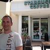 John tar seg også en pust i bakken på Starbucks. Må ha minst én White Chocolate Mocca i løpet av ferieturen, selv om den er litt vel søt og kanskje ikke helt passende til det varme været.
