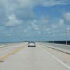 Nå har det blitt 3. juli, og vi setter kursen sørover mot Key West. Her er vi på en av mange lange bruer som utgjør US Highway 1 ut mot øylandskapet.