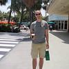 Andre stopp ved Miami Beach, her i en shopping/cafe-gate kalt Lincoln Road. Som vi ser har john vært innom Starbucks og kjøpt litt mat og drikke. Ellers var det ikke kjempespennende i denne gata, de hadde stort sett det samme som andre plasser, og de som hadde butikker der trodde kanskje de var litt mer fancy enn de var. Og det var varmt!
