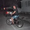 John er klar for å sykle tilbake til hotellet etter fyrverkeriet.