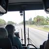 En skikkelig pratsom dame er guide og organisator på denne bussturen til Miami.