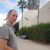 John ved en stor ananas i Downtown Disney.