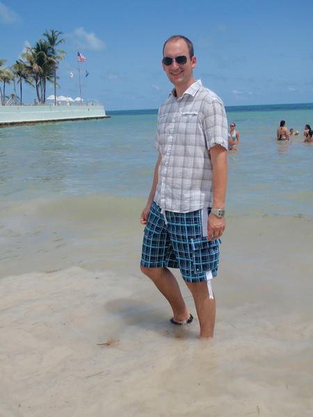 Key West: John vasser i vannet ved sørspissen ved enden av Duval Street.