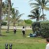 Som så mange andre steder er områdene ved de populære strendene også populære for uteliggerne. Her er noen av dem i prat med politiets fotpatrulje ved Miami Beach / South Beach.