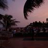 Det blir flere og flere folk på stranda i påvente av fyrverkeriet.
