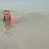 Bølgene skyller inn over den badende...