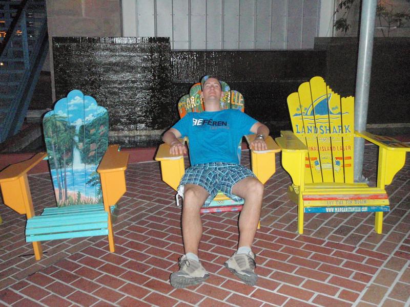Deilig å slappe av i kveldsvarmen (utenfor Margaritaville i Universal Citywalk).