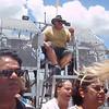 """Videoklipp fra tur med airboat. Båten kjører rimelig fort på sumpvannet ved hjelp av en diger, bråkete propell (eller to) bak på båten. """"Kaptein"""" og guide er en kar som ser ut som han har brukt noen timer med vektstanga i løpet av sitt liv..."""