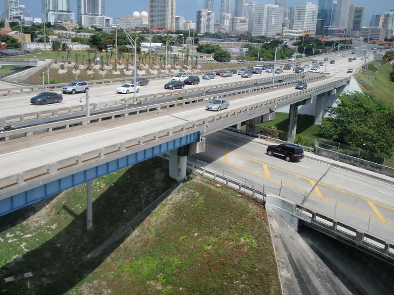 Det begynner å nærme seg rushtid ut av Downtown Miami. Vi skal heldigvis motsatt vei.