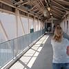 Her har vi kommet oss til siste stoppested på rundturen på romsenteret, nemlig bygningen der de jobber med den internasjonale romstasjonen ISS. En liten bro fra et museum over til den seriøse delen...