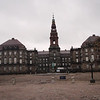 Christiansborg, med sin ridebane. I denne bygningen finnes bl.a. gamle ruiner, De Kongelige Representasjonslokaler, Statsministerens kontor, Høyesterett og Folketinget.