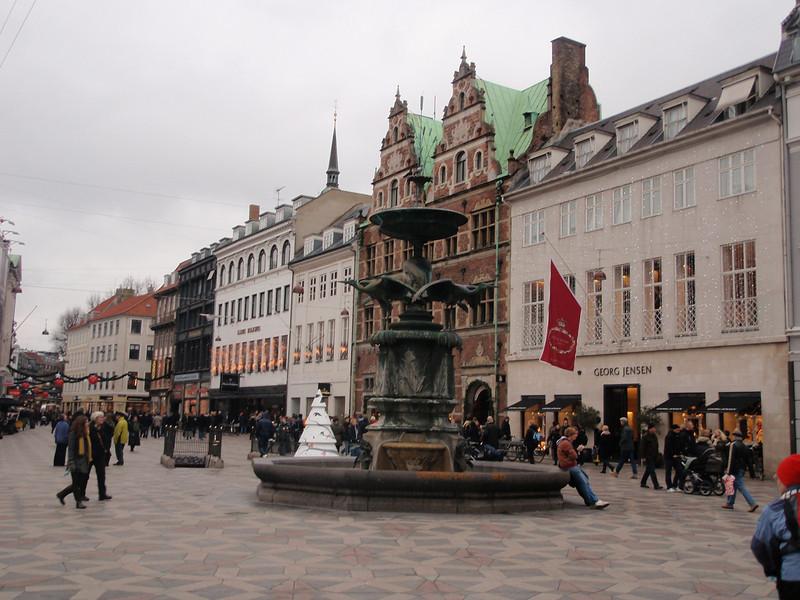 Strøget med noen av sine fancy butikker ved Amagertorv og Højbro plads.