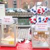 "Snacks, inkludert ""Flæskesvær"" (stor svær), til salgs i julemarkedet på Nyhavn."